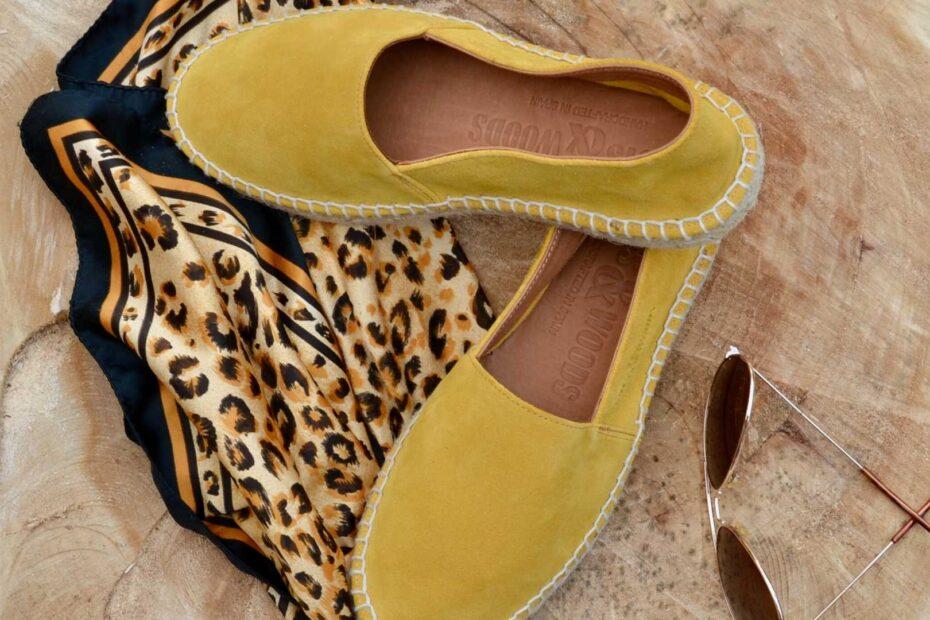 Espadrilles uit spanje van Bootsandwood prachtig geel van kleur en natuurlijk van Leer en hand gemaakt.